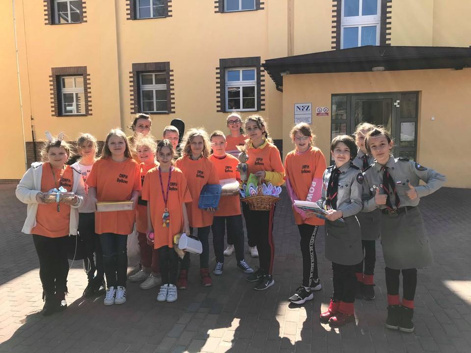 Wolontariusze ze Szkoły Podstawowej z Prusic w OMPIH.