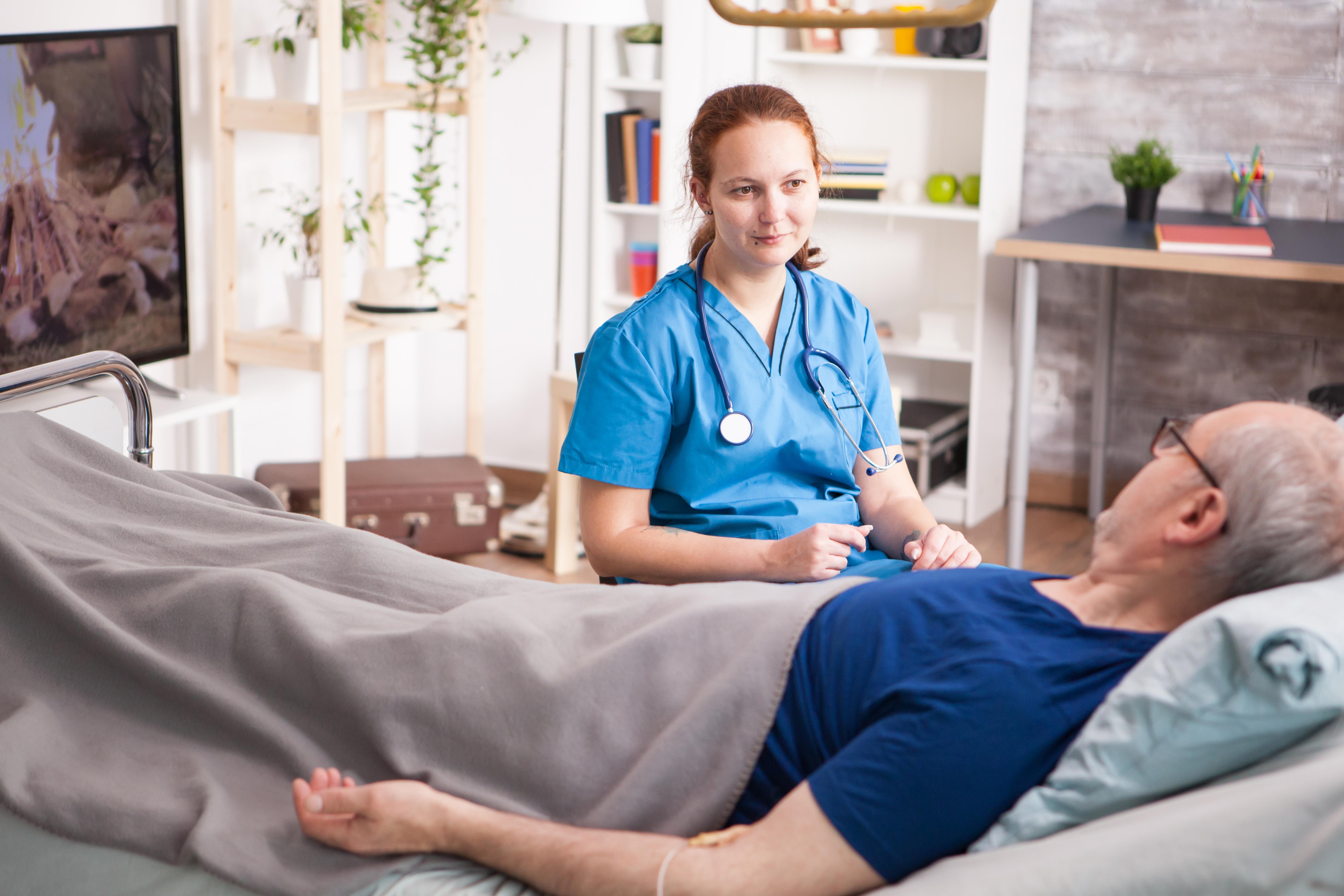 Jaki sprzęt zapewnia hospicjum w opiece paliatywnej? Warunki przyjęcia do hospicjum stacjonarnego.