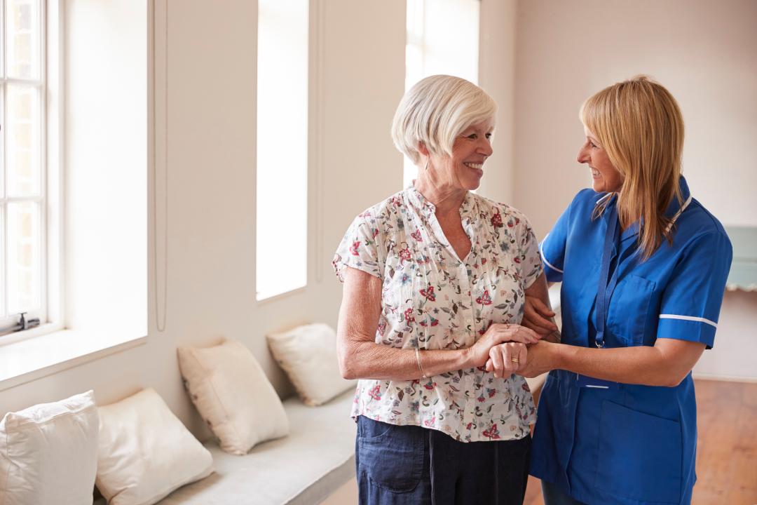 Socjalna pomoc paliatywna. Czy osoba korzystająca z opieki paliatywnej traci prawo do emerytury?